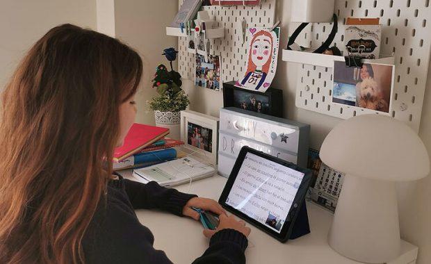 Niña estudiando a distancia mediante una tablet