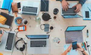 Varias personas trabajando con Notebooks sobre una mesa