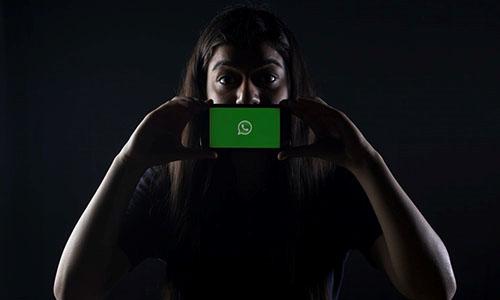Persona mostrando whatsapp en un celular