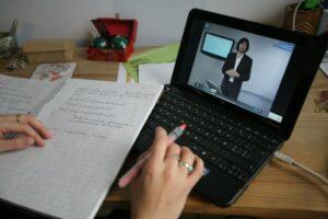Persona trabajando con un cuaderno y una notebook